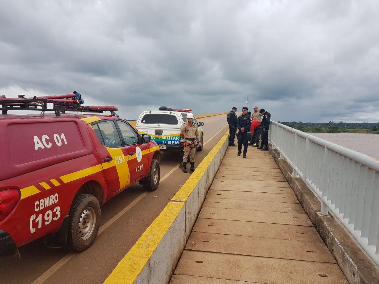 Bombeiros salvam mulher que tentava pular da ponte no Rio Madeira