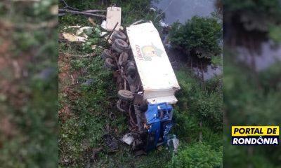 Caminhão de frigorífico cai de ponte na BR-364