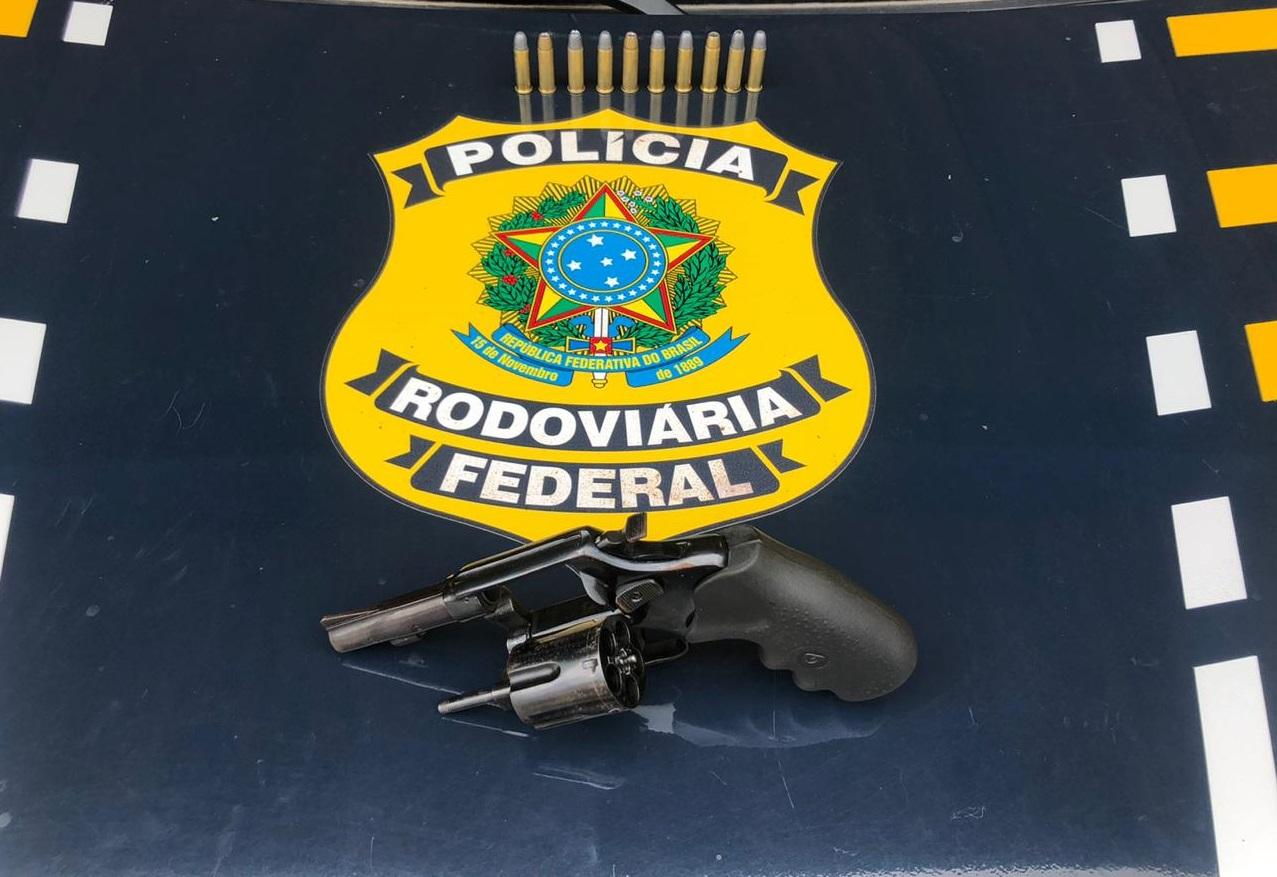Dois homens são presos pela PRF com arma e munições na BR-364