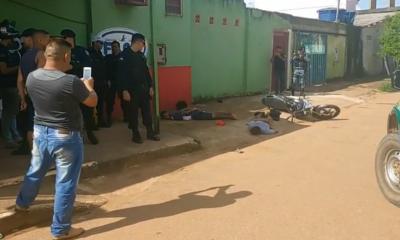 Homens armados fogem de moto e batem de frente com viatura da Polícia Militar