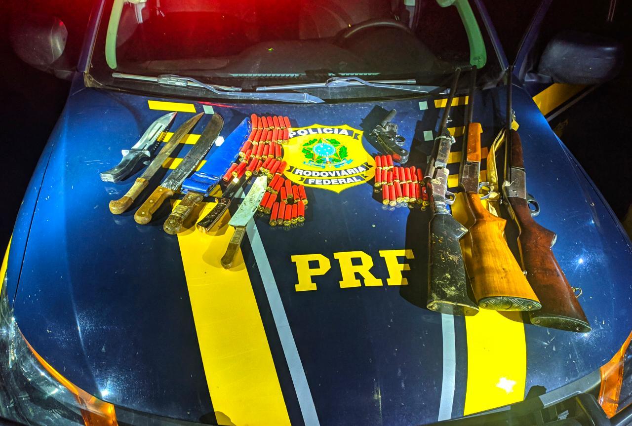Polícia Rodoviária Federal apreende carro com quatro armas e seis facas na BR-364
