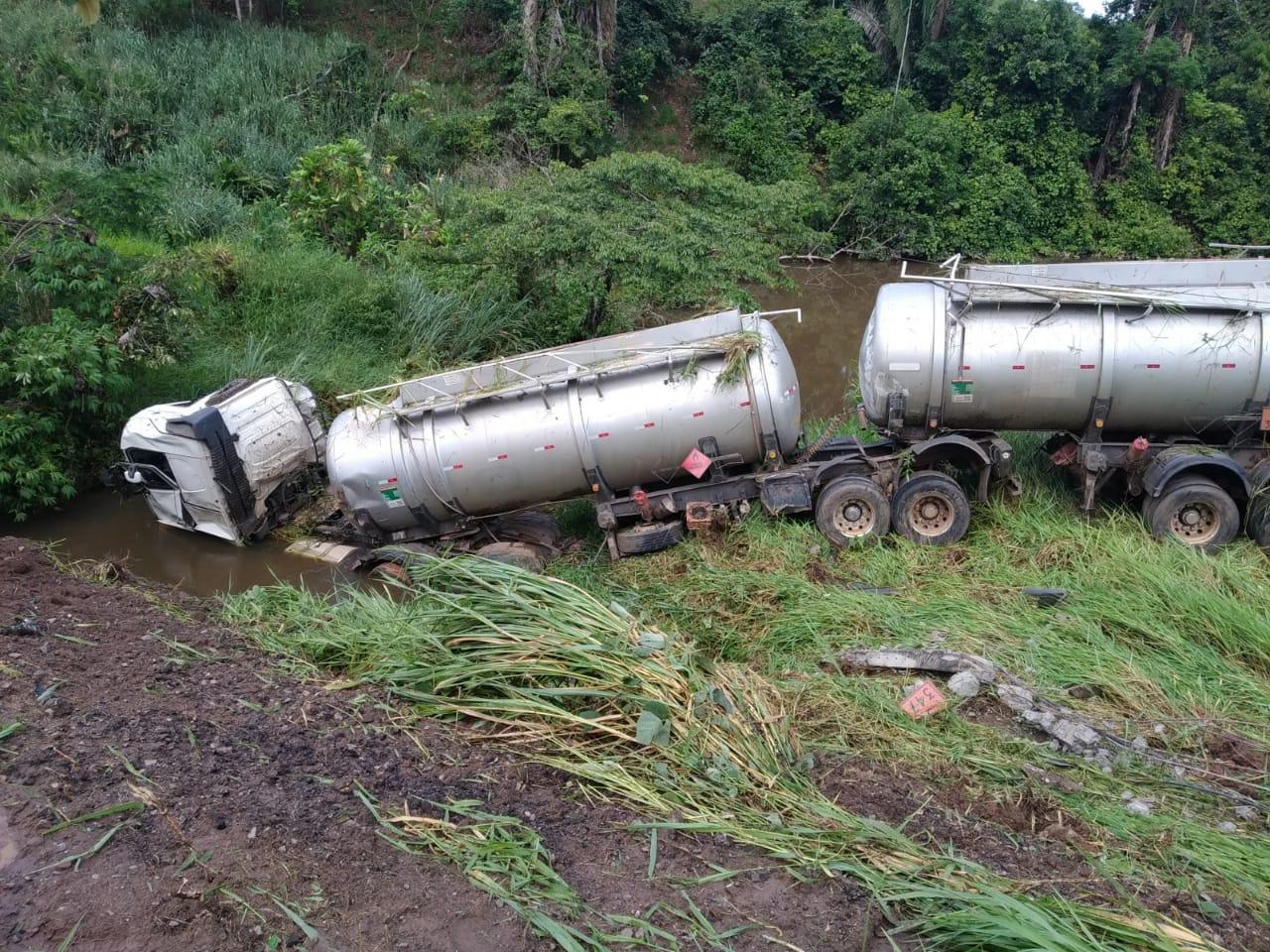 Motorista de caminhão-tanque fica em estado grave ao cair em ribanceira na BR-364