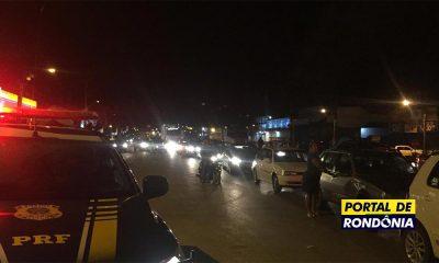 Motoristas fecham a BR-364 em Ji-Paraná pela redução do ICMS do combustível