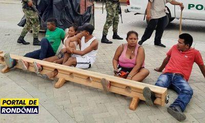 Cidadãos são presos pelos pés por desrespeito à quarentena na Colômbia