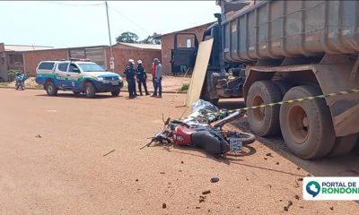 Motociclista morre após bater em caçamba carregada de cascalho