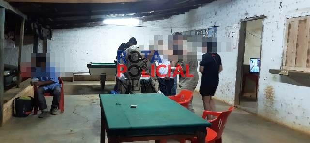 Homem é morto a tiros enquanto bebia em bar no interior de Rondônia