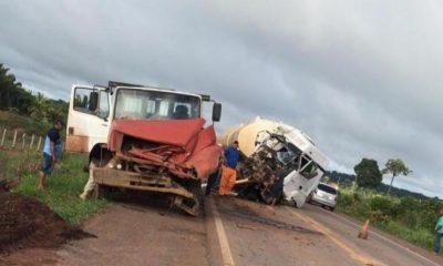 Acidente entre carreta de combustível e caminhão de toras na BR 364