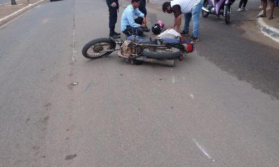 Acidente entre motocicleta e automóvel deixa mulher em estado grave