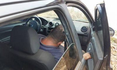 Após causar acidente, motorista abandona carro com o amigo embriagado dentro e foge levando as bebidas