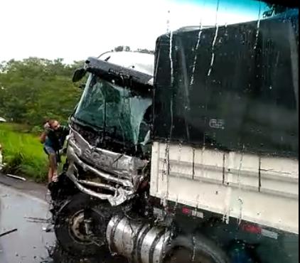 Choque entre caminhões na BR-364 deixa vítimas feridas; Veja o Vídeo