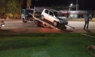 Carro desvia de caminhão e bate em poste na Br-364