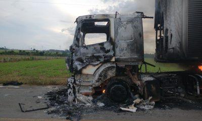 Carreta pega fogo enquanto trafegava no interior de RO