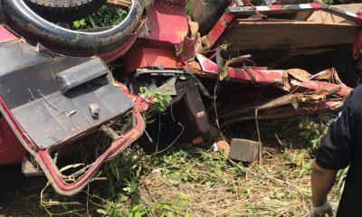 Duas pessoas morrem após caminhão tombar na BR-364