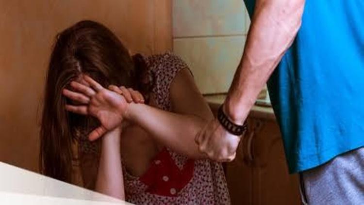 Mulher leva surra do namorado após discussão por ciúmes