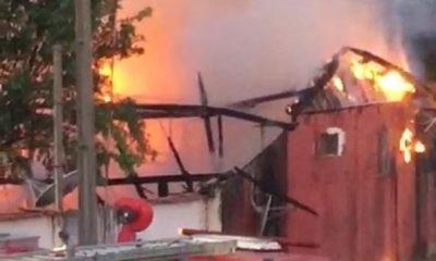 Fogo destrói residência e proprietário suspeita que tenha sido incêndio criminoso.Veja o Vídeo;