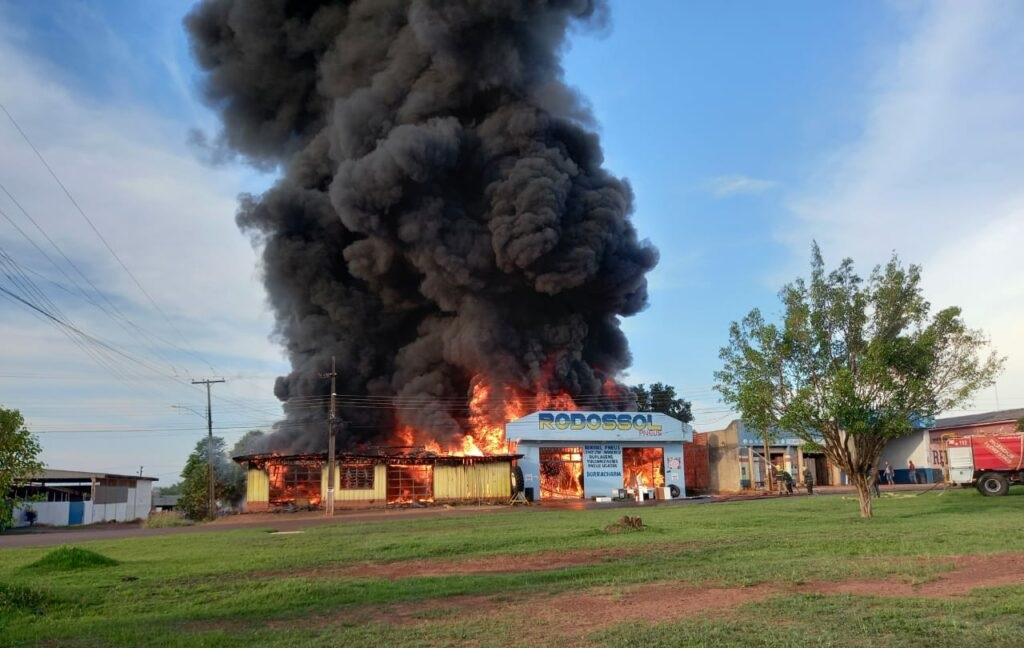 Incêndio de grande proporção destrói duas empresas e uma casa em Rondônia