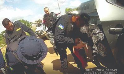 Policiais realizam manobra para ajudar bebê que estava engasgada, no interior de RO