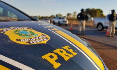Motorista é preso após passar com sete pessoas gritando dentro de carro perto da PRF