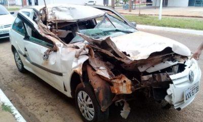 Carro fica destruído após bater em ônibus parado no interior de RO