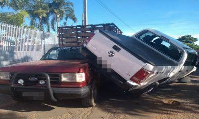 Caminhonete capota após colisão e atinge carro estacionado em RO