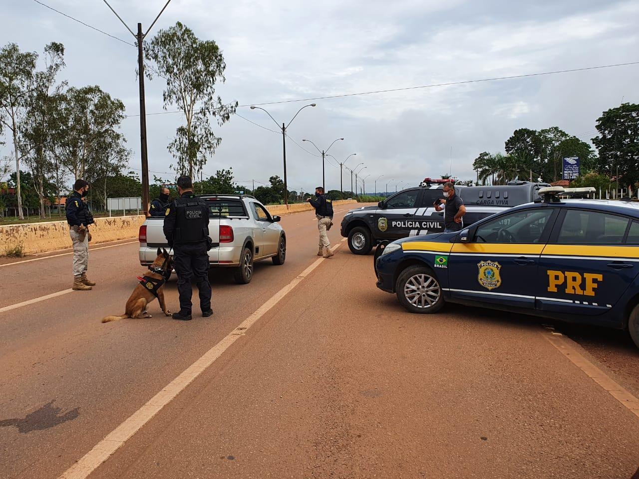 Com apoio de cão farejador, PRF e Polícia Civil realizam blitz na BR-364