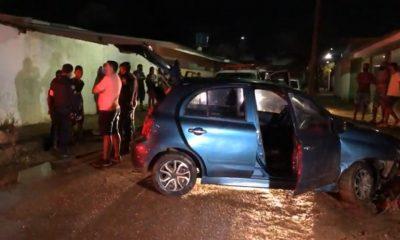 Dois adolescentes batem carro após fugir da Polícia em carro roubado