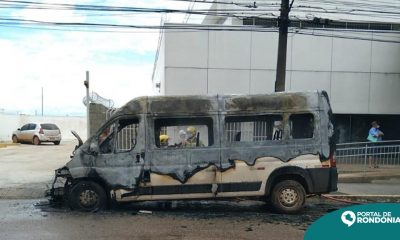 Van pega fogo e fica totalmente destruída no Centro de Porto Velho