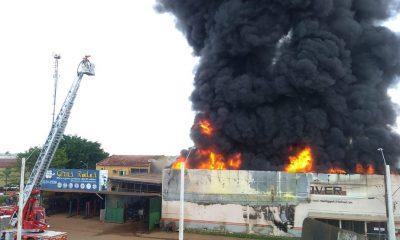 Incêndio destrói loja de pneus no centro de Porto Velho