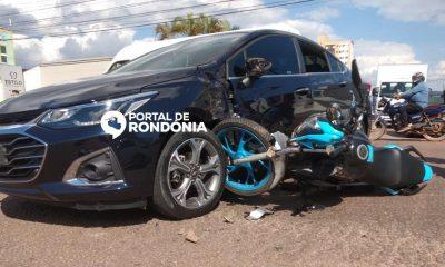 Motoboy de delivery é socorrido às pressas após carro invadir preferencial e causar acidente no Centro
