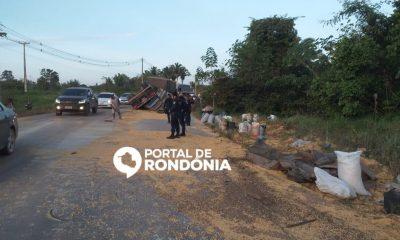 Carreta tomba na estrada da Penal em Porto Velho e carga é saqueada pela população