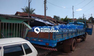 Caminhão carregado de galões de água mineral perde o freio em ladeira e destrói frente de duas residências